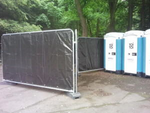Dixi-WC-Toiletten mit Sichtschutz