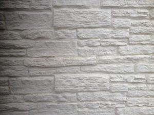 Betonzaun in Natursteinoptik Farbe Weiß